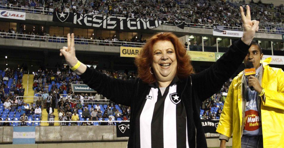 Sambista Beth Carvalho foi homenageada antes da partida no Engenhão