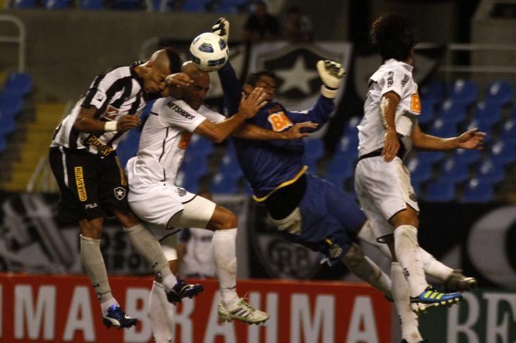 Goleiro Aranha faz defesa durante jogo entre Botafogo e Santos, no Engenhão, neste sábado