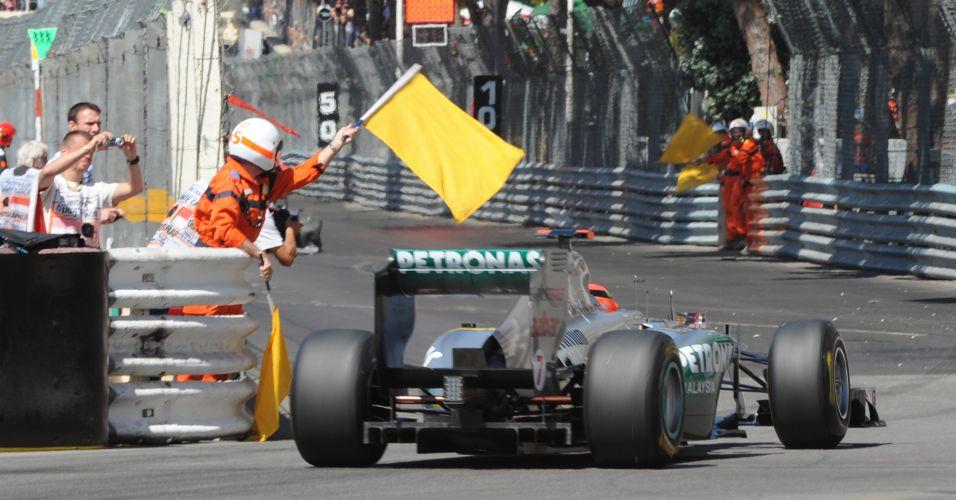 Michael Schumacher passa por local do acidente do companheiro de equipe Nico Rosberg