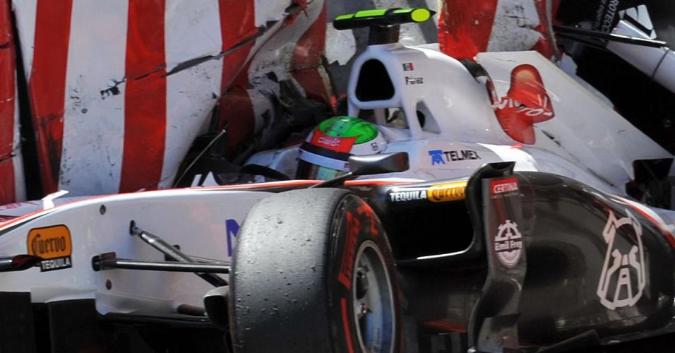 Sergio Perez bate o carro da Sauber contra soft wall após escapar na chicane da saída do túnel em Mônaco