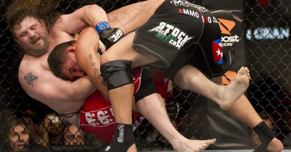 Frank Mir leva gordinho Roy Nelson ao chão em luta que terminou com a vitória de Mir