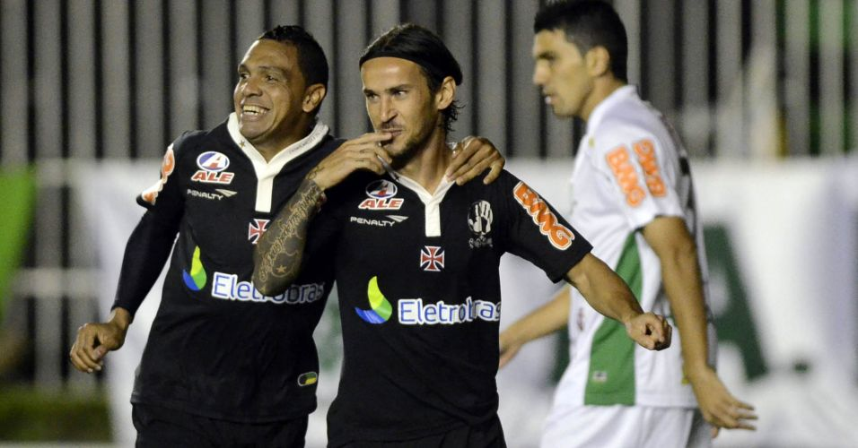 Enrico comemora com Leandro o segundo gol do Vasco na vitria por 3 a 0 sobre o Amrica-MG