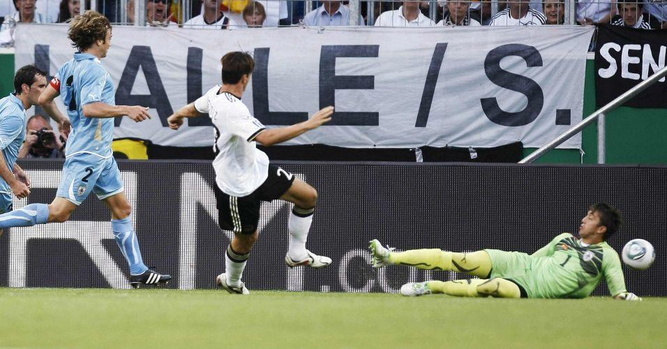 Mario Gomez chuta para abrir o placar para a Alemanha