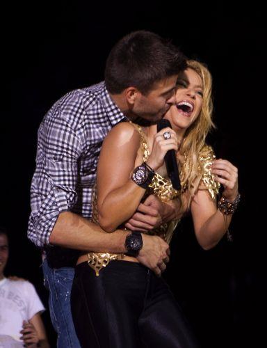 Piqué abraça sua namorada, a cantora Shakira, durante show; jogadores do Barcelona subiram ao palco e comemoraram título da Liga dos Campeões em apresentação da cantora colombiana