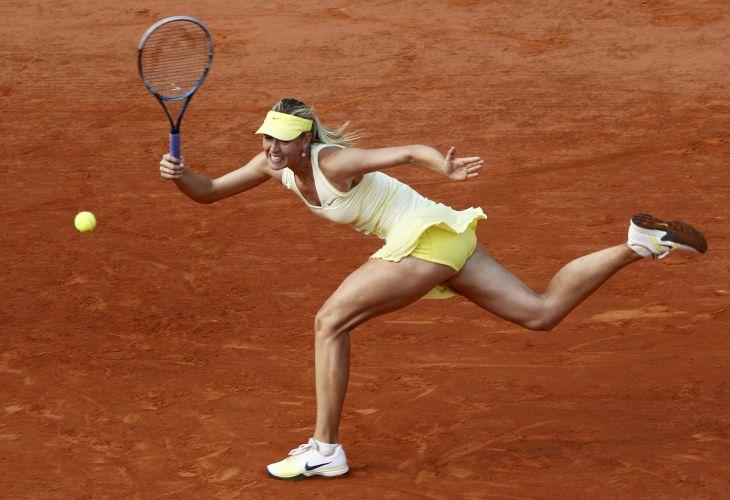 Maria Sharapova faz devolução na vitória sobre a polonesa Agnieszka Radwanska em Roland Garros