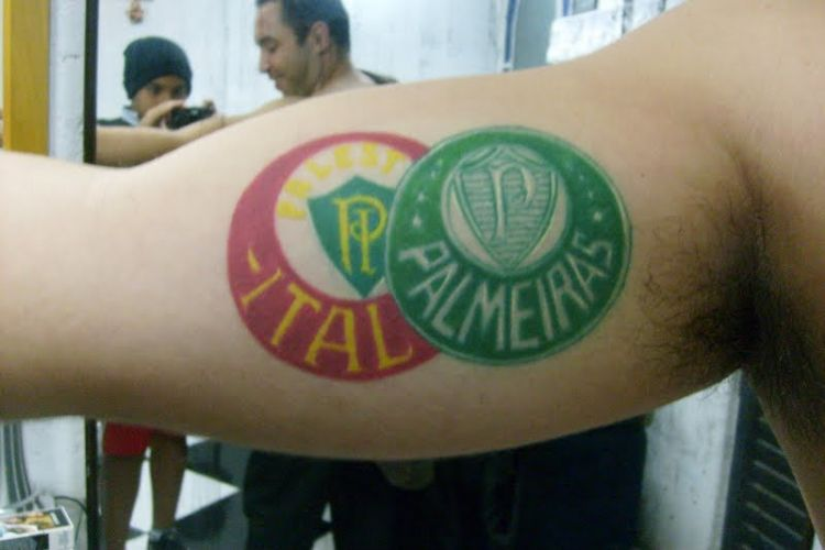 Danilo Bianqueti Barbosa tatuou o escudo do Palmeiras no braço: