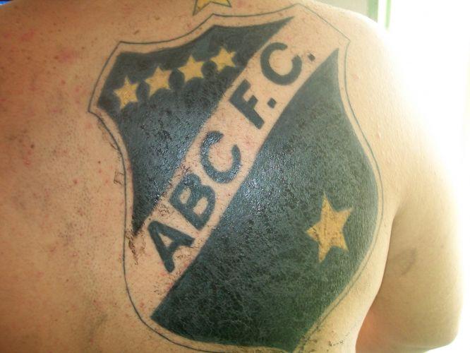 Jason Andrade Taylor fez esta tatuagem em maio de 2011, em várias seções