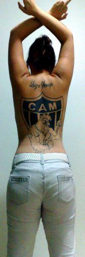 Aline Assis Gomes começou esta tatuagem em 2009 e considera a obra ainda em processo, por finalizar.