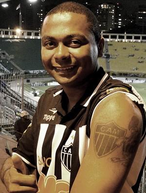 Charlie Souza Godoi já tatuou a perna pelo Atlético-MG, mas ainda pretende fazer uma nova tatuagem nas costas pelo seu clube.
