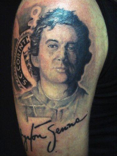 Julio cesar Da Silva tem seis tatuagens do Coritiba, uma delas é a bandeira do clube em suas costas