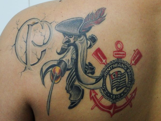 Leandro Moreira Lima decidiu homenagear o Santos em 2007 com a letra do hino original tatuada nas costas junto aos escudos