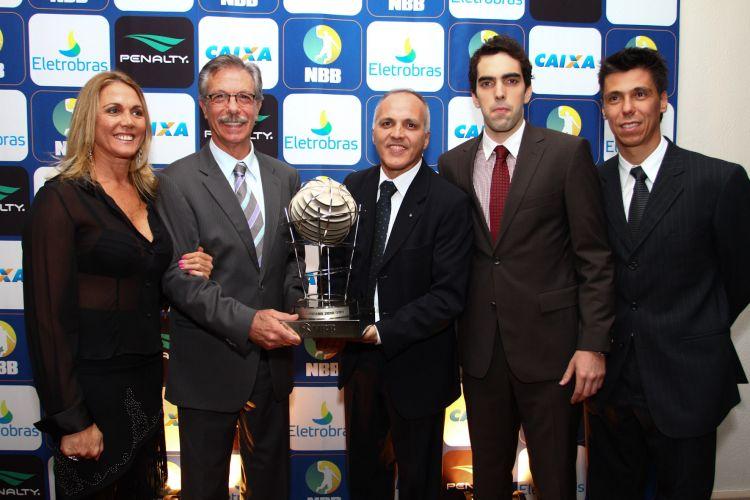 Delegação de Franca posa com o troféu de vice-campeão do NBB3