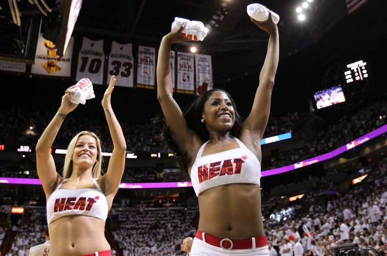 Cheerleaders esquentam o clima da torcida do Miami e distribuem camisetas