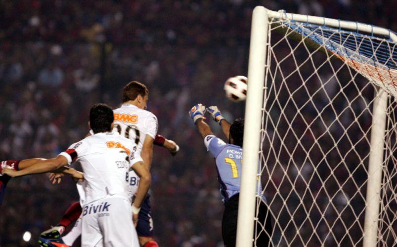 Zé Eduardo cabeceia para o gol e abre o placar para o Santos contra o Cerro Porteño e conta com a falha do goleiro. O empate por 3 a 3 levou o time brasileiro à final