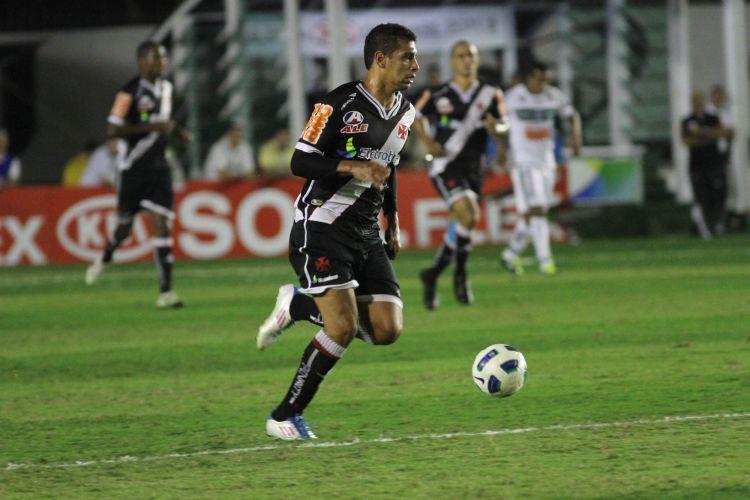 Diego Souza avança com a bola dominada no primeiro tempo da partida, a primeira da final da Copa do Brasil; Alecsandro fez o gol da vitória pelo time da casa