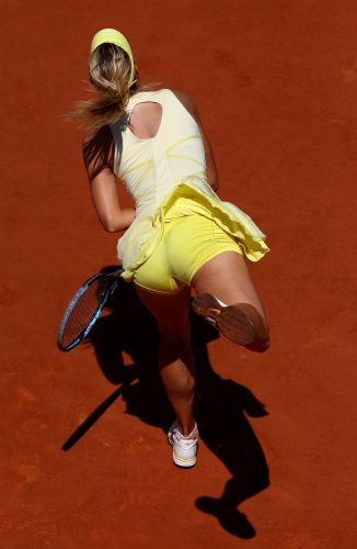 Maria Sharapova saca na vitória sobre a alemã Andrea Petkovic nas quartas de final de Roland Garros