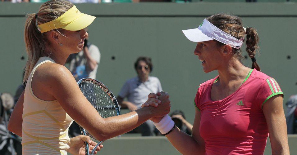 Andrea Petkovic cumprimenta a russa Maria Sharapova após ser eliminada por 2 sets a 0 pela ex-número um do mundo