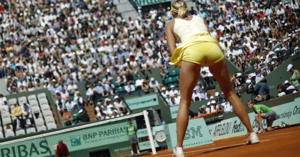 Maria Sharapova aguarda saque de Andrea Petkovic em duelo pelas quartas de final de Roland Garros