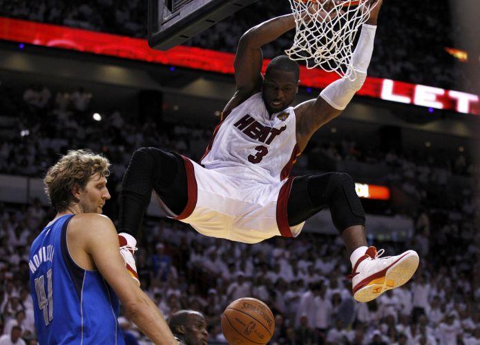 Dwyane Wade enterra sobre Dirk Nowitzki no segundo jogo da final da NBA; alemão acabou levando a melhor, na virada conquistada no ultimo minuto em Miami