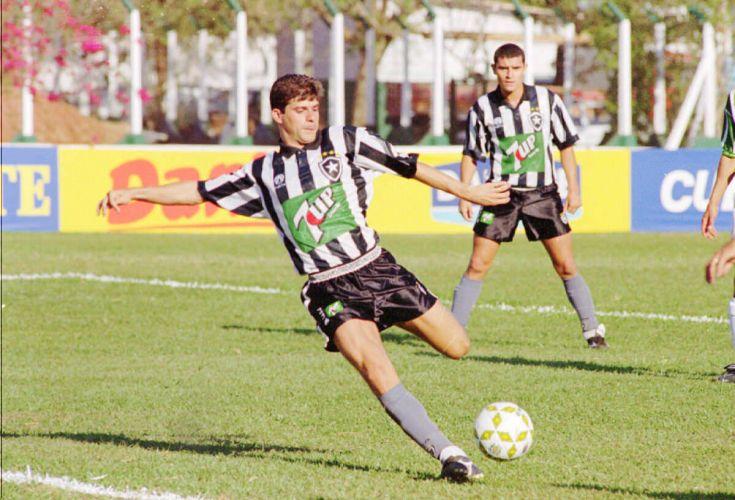 e51616305b Botafogo foi campeão brasileiro em 1995 com uma camisa que tinha um  patrocinador nada discreto Folhapress Mais ...