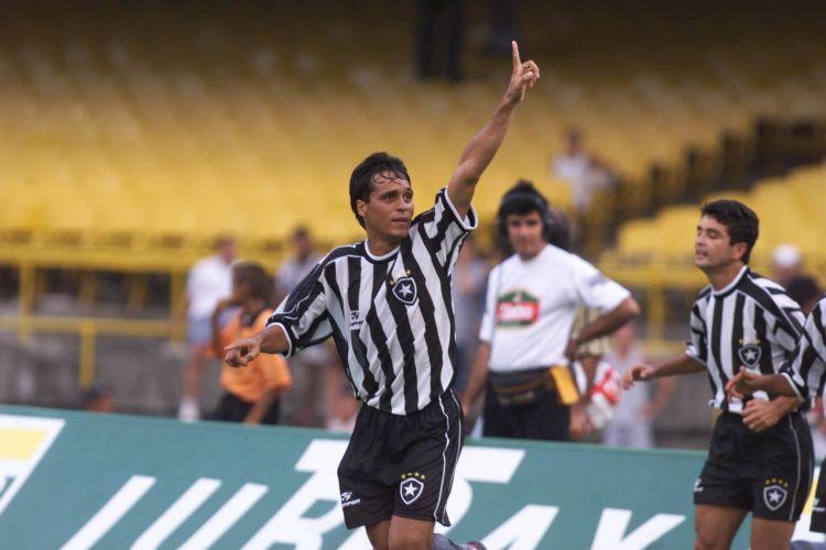 517851749d Camisa de 1999 mostra as tradicionais listras do Botafogo  este modelo  aparece sem patrocinador Folhapress Mais ...
