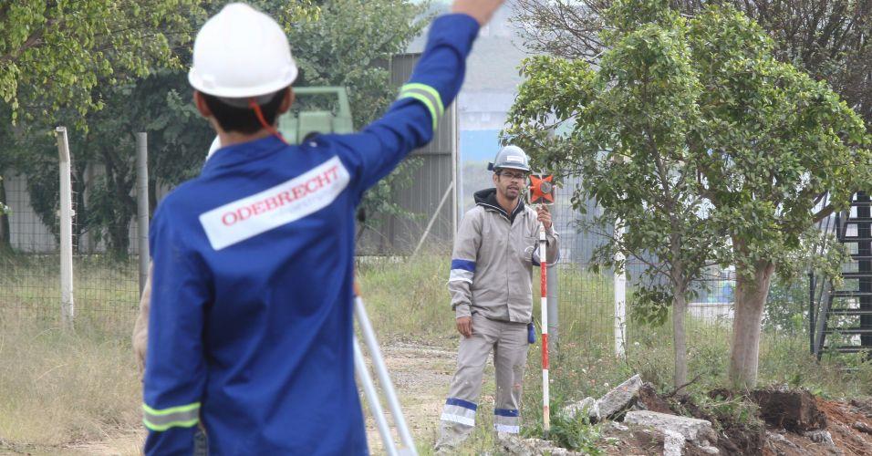 Operários trabalham na limpeza do terreno para a construção do estádio do Corinthians em Itaquera
