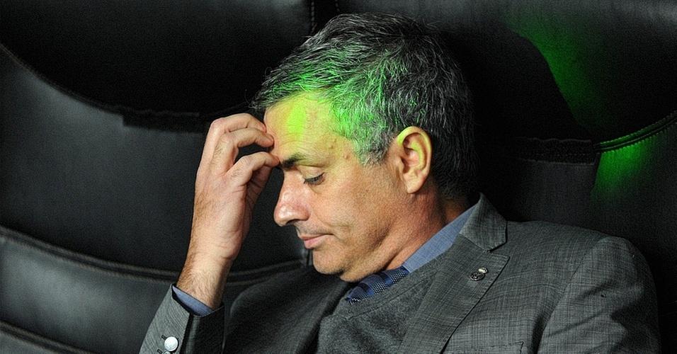 José Mourinho se concentra em busca de um plano mirabolante para fazer o Real Madrid ganhar. Eis que surge uma ideia daquelas, mas em vez da velha imagem da lâmpada, eis que surge um laser para simbolizar o