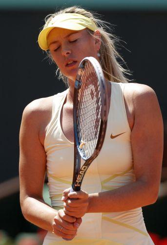 Maria Sharapova se lamenta após erro cometido no início do primeiro set contra Na Li, na semifinal do torneio de Roland Garros. Russa perdeu por por 2 sets a 0 (parciais de 6-4 e 7-5)