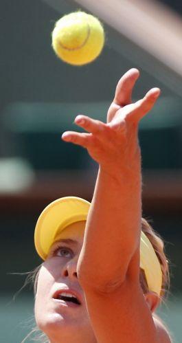 Maria Sharapova se prepara para sacar durante a partida contra Na Li, pela semifinal do torneio de Roland Garros. Apesar do esforço, russa perdeu por 2 sets a 0 (parciais de 6-4 e 7-5)