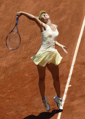 Maria Sharapova enfrentou dificuldades no início da partida contra Na Li, pela semifinal do torneio de Roland Garros. Russa cometeu muitos erros e perdeu por por 2 sets a 0 (parciais de 6-4 e 7-5)