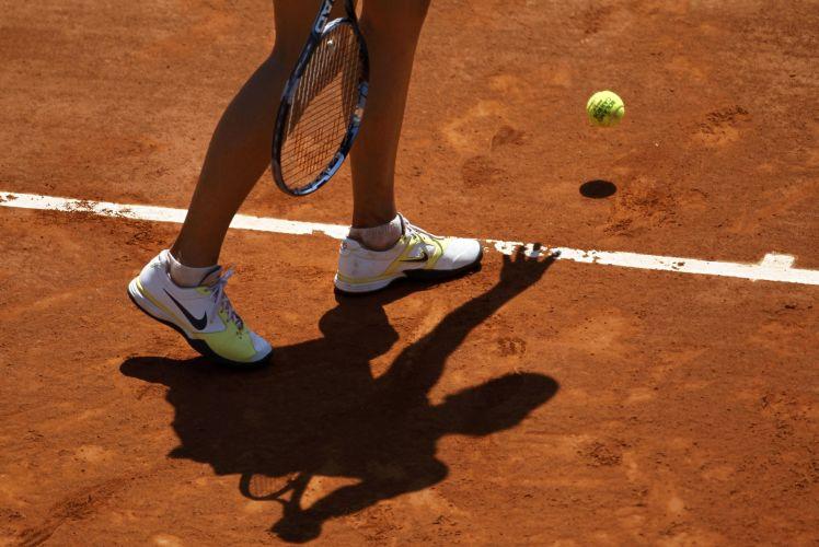 Maria Sharapova se prepara para sacar durante a partida contra Na Li pela semifinal do torneio de Roland Garros