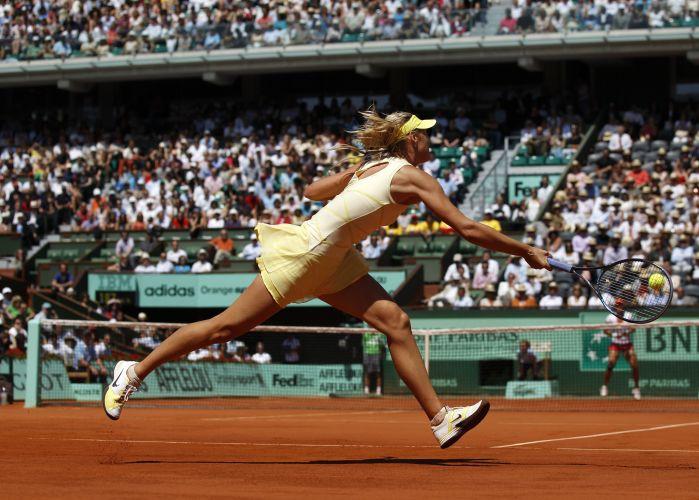 Maria Sharapova rebate durante partida contra Na Li na semifinal do torneio de Roland Garros. Russa perdeu por por 2 sets a 0 (parciais de 6-4 e 7-5)