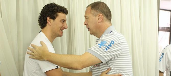 Elano chega à concentração da seleção brasileira e cumprimenta o técnico Mano Menezes.