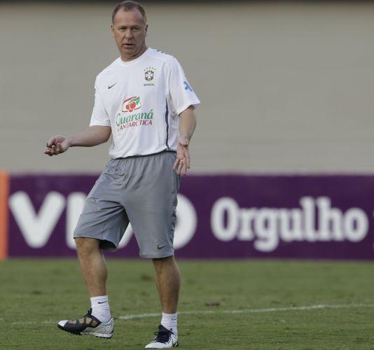 Técnico Mano Menezes comanda treinamento da seleção brasileira em Goiânia