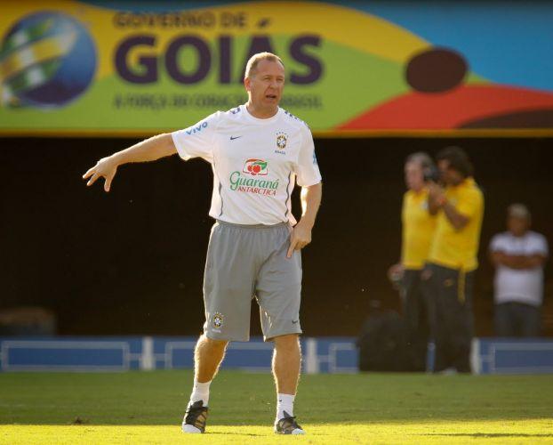 Mano Menezes comanda o treino da seleção com a presença de Fred entre os titulares
