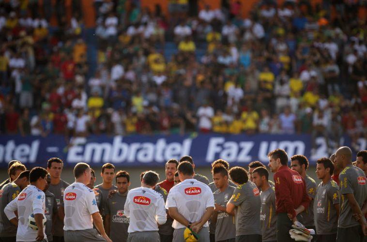 Mano Menezes dá instruções para os jogadores da seleção antes de comandar os trabalhos táticos do time