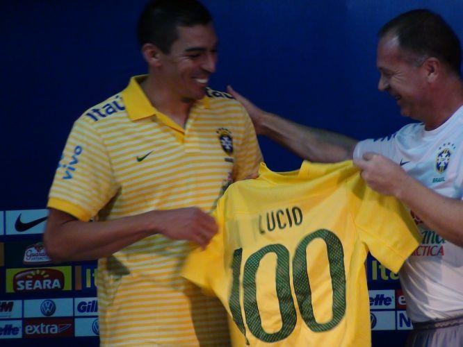 Veterano da seleção, Lúcio completará cem jogos com a equipe nacional neste domingo; na foto ele é homenageado por Mano Menezes
