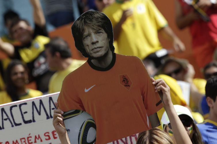 Torcedor usa imagem do cantor Mick Jagger e o veste com a camisa da Holanda no estádio Serra Dourada. Cantor ganhou a fama de pé frio durante a Copa do Mundo