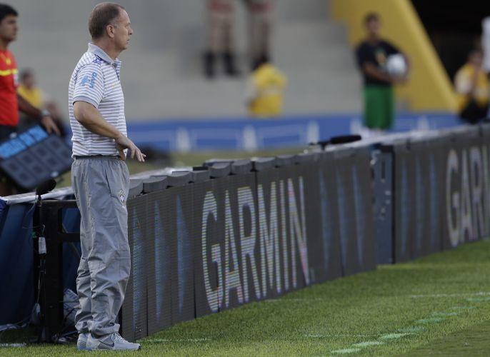 Técnico da seleção brasileira, Mano Menezes fica à beira do campo no empate por 0 a 0 em amistoso contra a Holanda no Serra Dourada