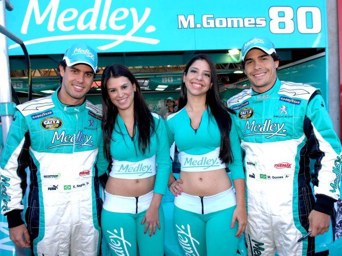 Xandinho Negrão e Marcos Gomes posam com modelos em Campo Grande, antes da prova da Stock Car