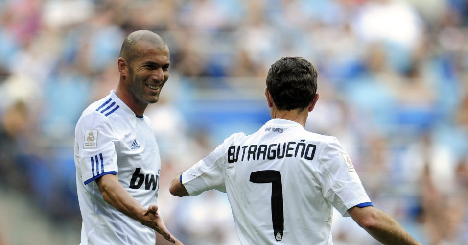 Zidane cumprimenta Butragueño em reunião de ex-estrelas do Real que jogaram contra os veteranos do Bayern de Munique