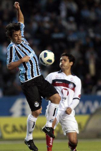 Douglas salta para tentar dominar a bola em vitória do Grêmio sobre o Bahia
