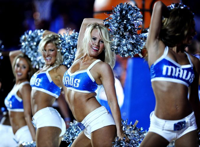 Cheerleaders do Dallas agitam a torcida no intervalo