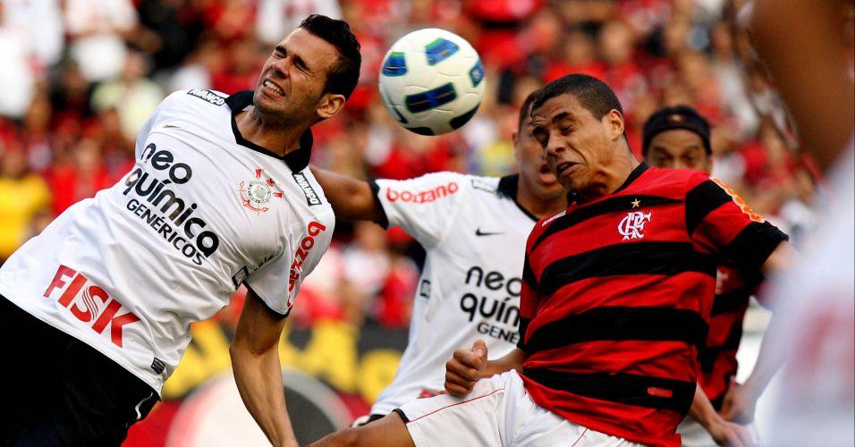 Leando Castán, do Corinthians, divide a bola com o atacante Wanderley, do Flamengo
