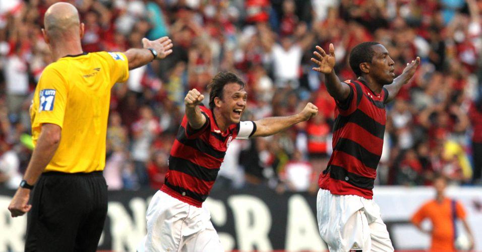 Após cobrança de falta, Renato (dir.) empara para o Flamengo, para alegria de Petkovic