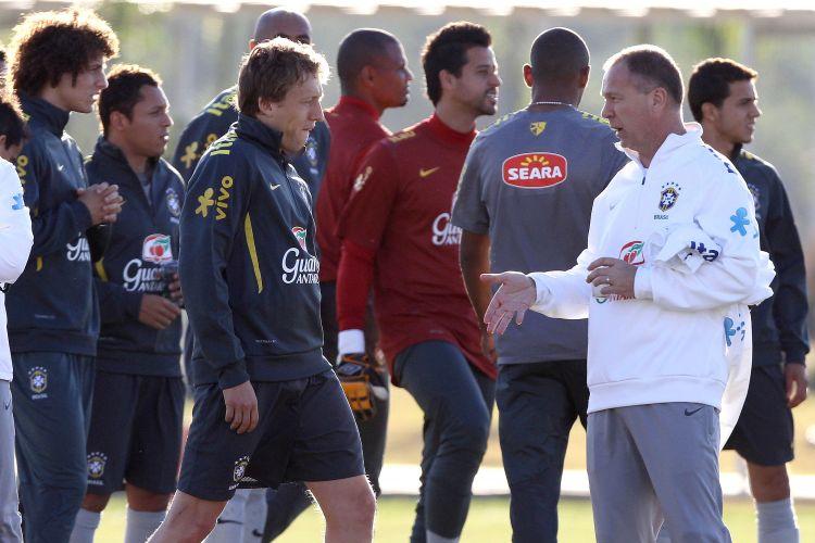 Técnico Mano Menezes conversa com os jogadores da seleção brasileira durante o treino deste domingo no CT do Corinthians