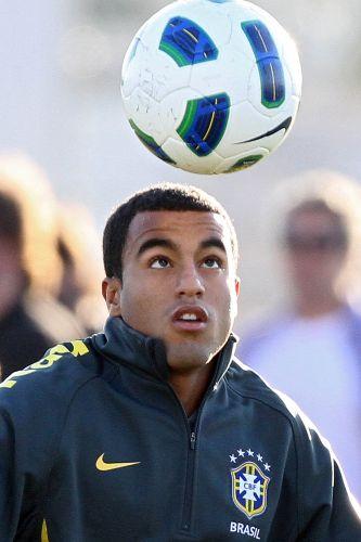 Lucas, meia do São Paulo, participa do treino da seleção brasileira neste domingo no CT do Corinthians