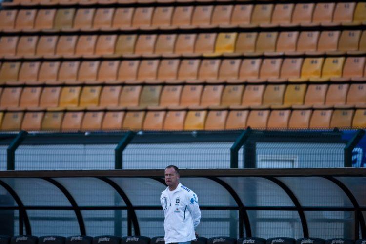 Mano Menezes observa os jogadores da seleção, desta vez com Ronaldo, para a despedida do Fenômeno