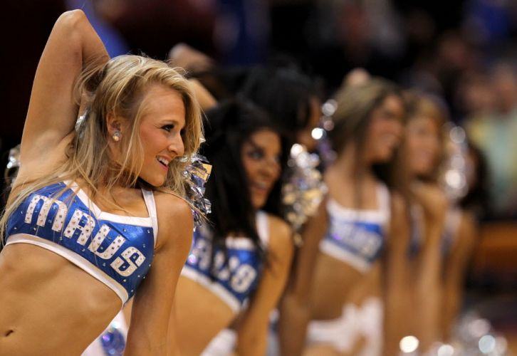 Cheerleaders do Dallas Mavericks danam em intervalo da quarta partida da final