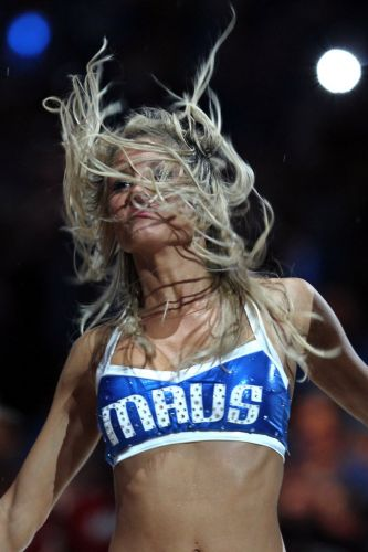 Cheerleader do Dallas Mavericks dança em intervalo da quarta partida da final